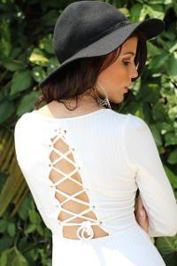 kobieta w białej bluzce